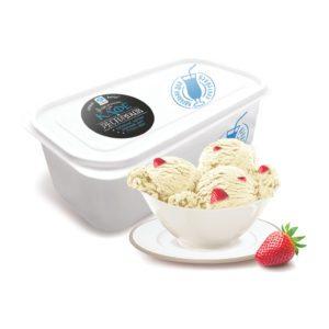 Ванильное мороженое с кусочками клубники.